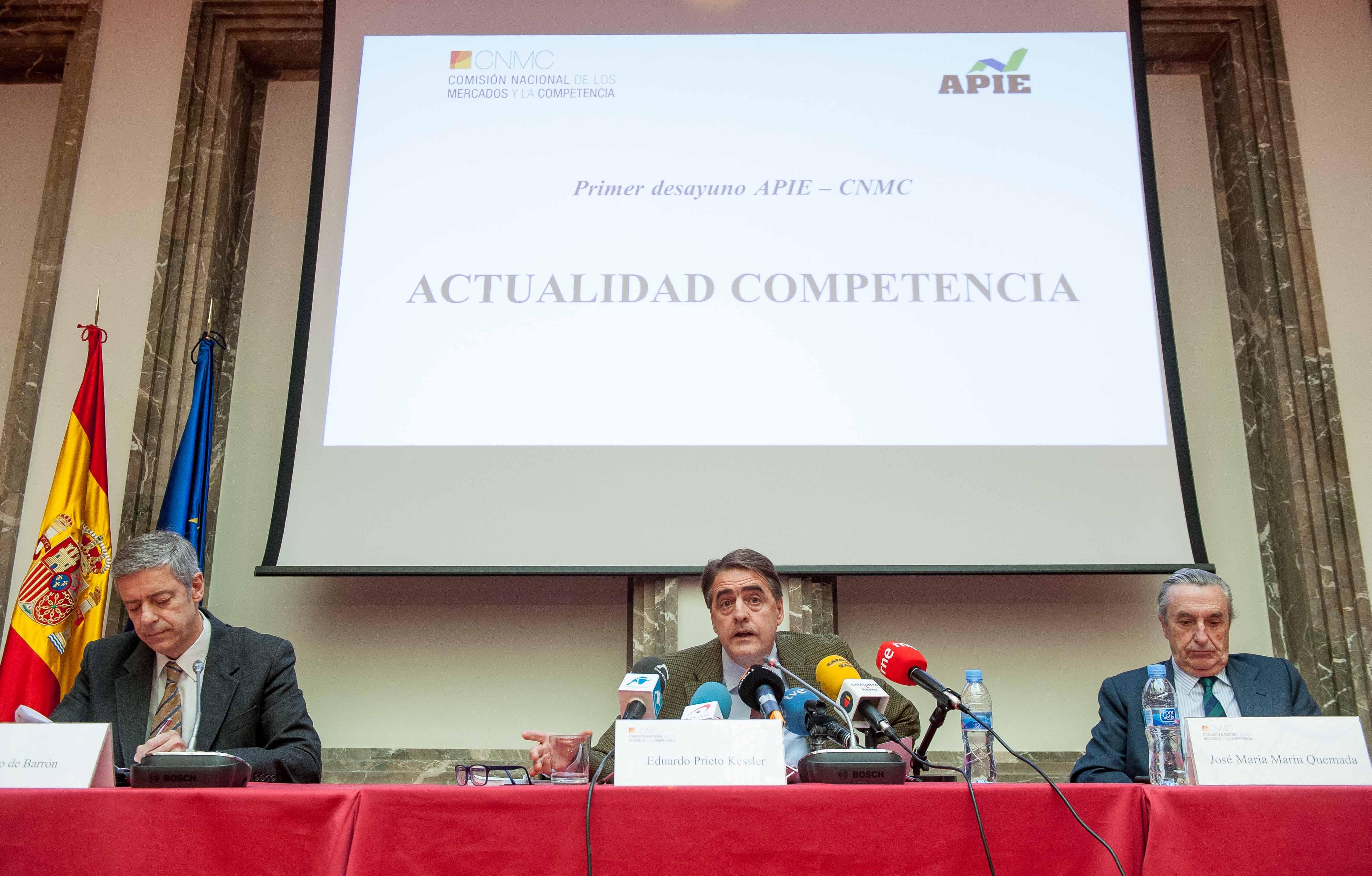 De izquierda a derecha, Iñigo de Barrón Arniches, presidente de APIE, Eduardo Prieto Kessler, director del área de Competencia, de la CNMC y Jose María Marín Quemada, Presidente, durante la presentación del Balance 2015 de la Comisión.