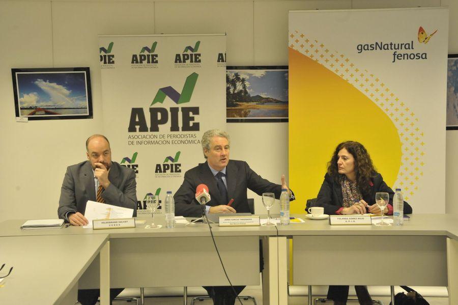 De izquierda a derecha, Hildebrandt Salvat, de CERES, Jordi García Tabernero, de Gas Natural Fenosa y Yolanda Gómez Rojo, de la APIE, en un momento de la presentación del II Estudio Sobre la Profesión periodística.