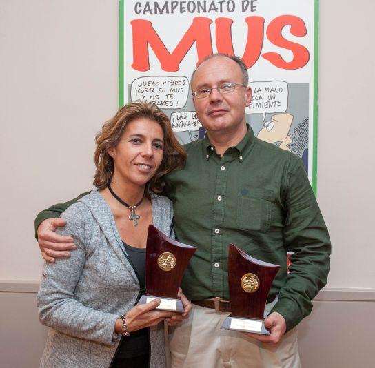 Lola Carrasco y Juan de Dios Yusta, Primer Premio del XXII Campeonato de Mus de la APIE, posan con sus trofeos.