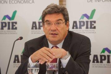 Jose Luis Escrivá, presidente de la Autoridad Fiscal Independiente (AireF), durante el almuerzo de prensa con que concluyó la Primera Jornada del Curso de Economía para Periodistas organizado por APIE y el Banco Popular.