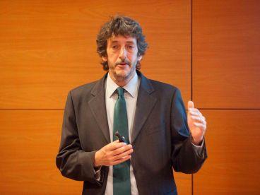 José Moisés Martín, miembro de Economistas Frente a la Crisis, durante su intervención en la Primera Jornada del Curso de Economía para Periodistas organizado por APIE y el Banco Popular.