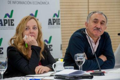 Amparo Estrada, de la Junta Directiva de APIE, y Pepe Álvarez, Secretario General de UGT, durante el almuerzo de prensa con que concluyó la Segunda Jornada del Curso de Economía para periodistas.