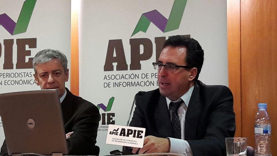El profesor Antoni Garrido (derecha) en un momento de su presentación del informe de EuropeG La Banca en la Eurozona. A su lado, Íñigo de Barrón, presidente de APIE.