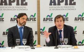 Andrés Dulanto Scott, de la Junta Directiva de APIE, y Victor Audera, director general de Industria y de la PYME, en el almuerzo de prensa con el que se cerró la cuarta jornada del XXIX Curso de Economía para Periodistas organizado por APIE con la colaboración del Banco Popular.