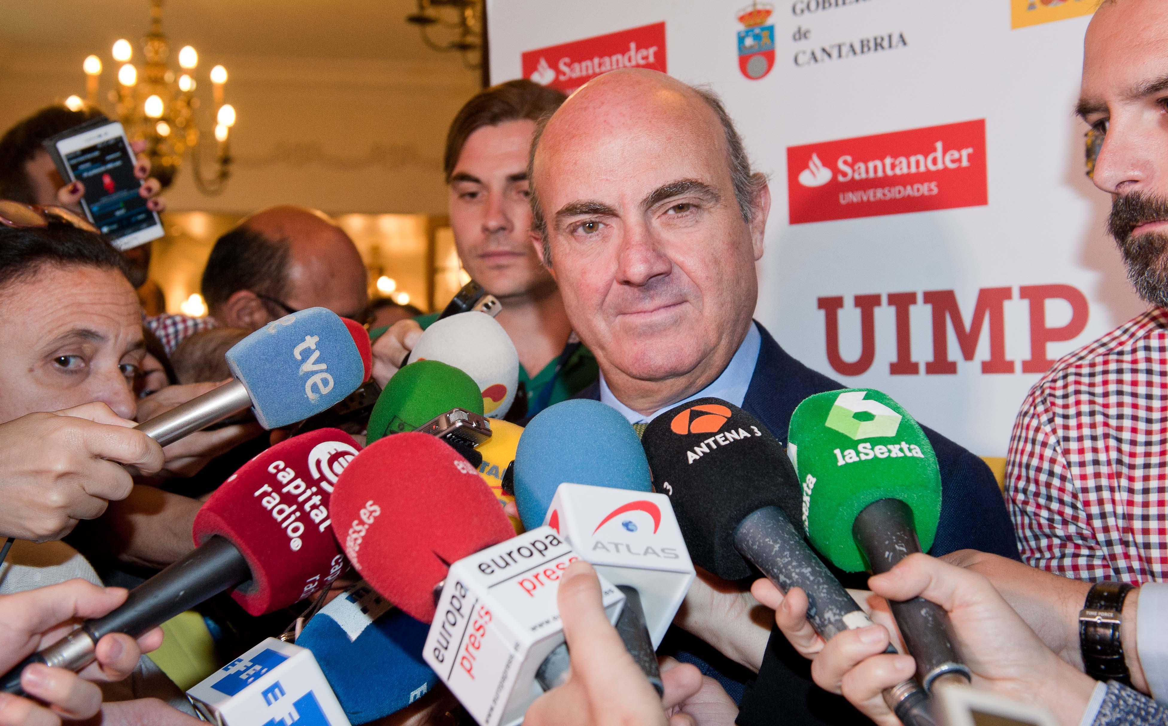 Luis de Guindos, Ministro de Economía en funciones, atiende a los medios antes del debate económico organizado por la APIE en su curso de verano en la Universidad Menéndez Pelayo de Santander.