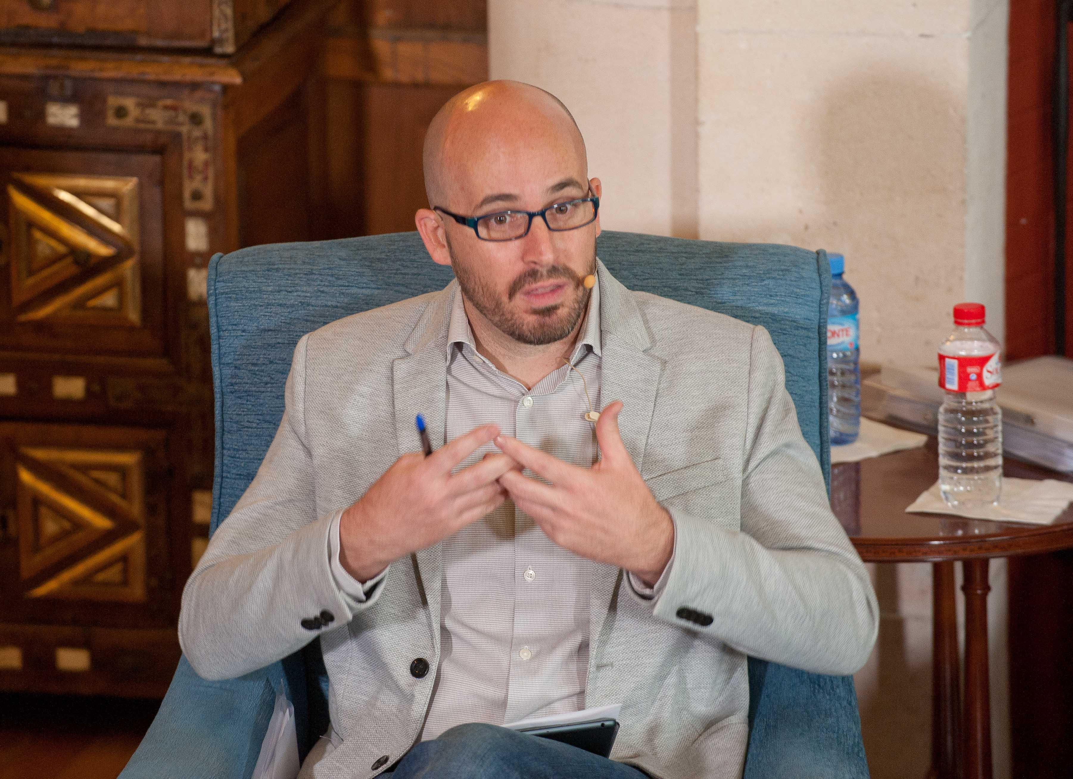 Nacho Álvarez, responsable de economía de Podemos, durante su intervención en el debate económico organizado por la APIE en su curso de verano en la Universidad Menéndez Pelayo de Santander.