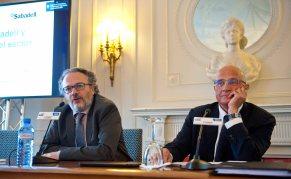 Josep Oliu, presidente del Banco Sabadell, durante su intervención en el curso de verano organizado por APIE en la Universidad Menéndez Pelayo de Santander. A su derecha, Miguel Ángel Noceda, codirector del curso.