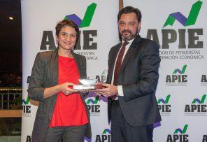 Rosa Yague,Directora de Comunicación de Coca-Cola, recibe de Andrés Dulanto-Scott, de la Junta Directiva de APIE, el accésit al premio Secante en representación de Sol Daurella.