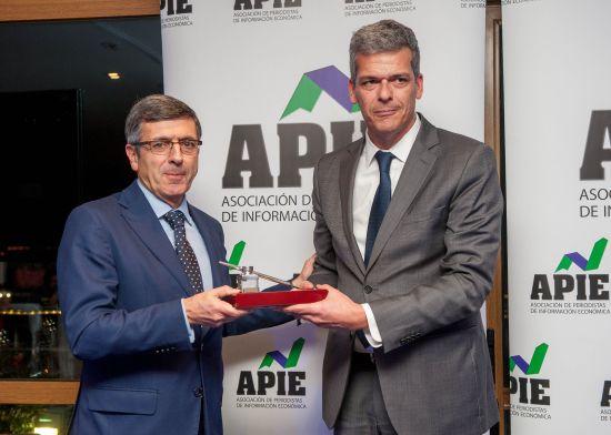 Francisco Román (izquierda), presidente de Vodafone España, recibe su accésit al premio Tintero de manos de Javier Montalvo, de la Junta Directiva de APIE.