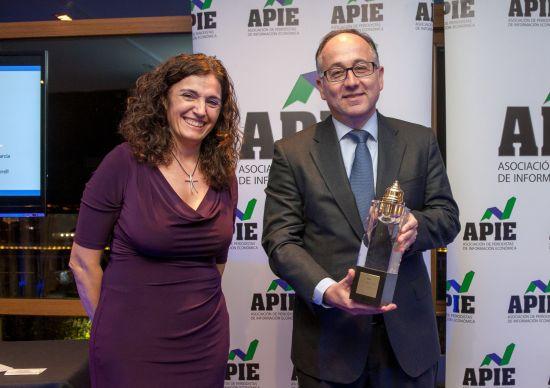 Luis Gallego, presidente de Iberia, posa con su premio Tintero 2016 junto a la vicepresidenta de APIE Yolanda Gómez Rojo.