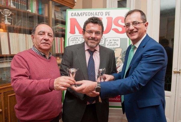 Miguel Humanes y Benjamín Fernández fueron los ganadores del premio Didáctico, que les entregó Pedro Carreño, de la Junta Directiva de APIE.