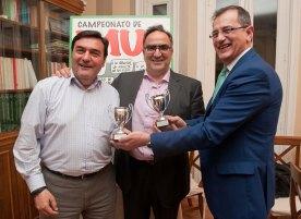 Aurelio Medel y Adolfo Zarza recogen sus premios al Segundo Clasificado de manos de Pedro Carreño, de la Junta Directiva de APIE.