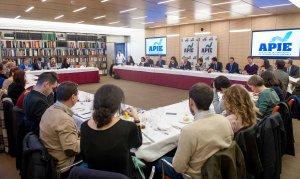 Un momento del almuerzo de prensa con Jose María Marín Quemada, presidente de la CNMC, con que concluyó la primera jornada del XXX Curso de Economía para Periodistas organizado por APIE con el patrocinio del Banco Popular.