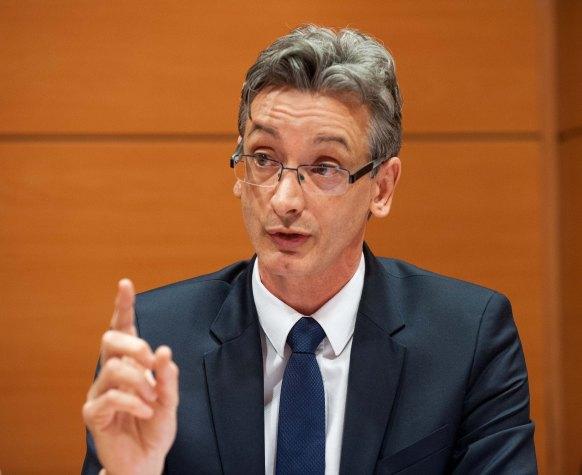 José Corral Martínez, del Consejo General del Notariado, durante el debate sobre consumidores bancarios celebrado en la tercera jornada del Curso de Economía para Periodistas organizado por APIE.