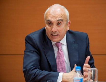 José Luis Martínez Campuzano, responsable de comunicación de la AEB, durante el debate sobre consumidores bancarios celebrado en la tercera jornada del Curso de Economía para Periodistas organizado por APIE.
