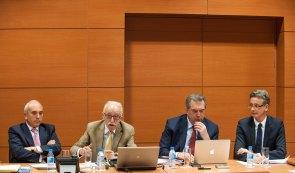 Los participantes en el debate sobre consumidores bancarios celebrado en la tercera jornada del Curso de Economía de APIE. De izquierda a derecha, José Luis Martínez Campuzano (AEB), Manuel Pardos (ADICAE), Fernando Méndez González (Colegio de Registradores) y José Corral Martínez (Consejo General del Notariado).