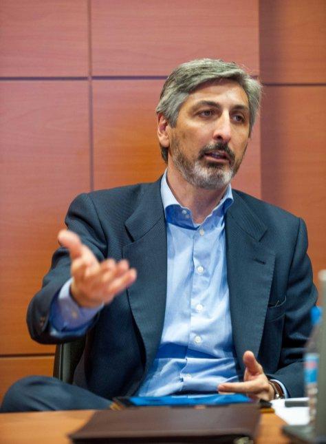 David Sola, director de estrategia de Vodafone España, durante el debate sobre telecomunicaciones celebrado en la IV Jornada del Curso de Economía de APIE.
