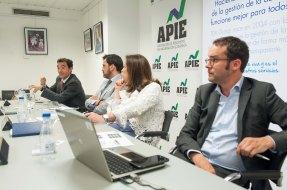 Íñigo Mato, Managing Director de Global Debt Sale de TDX Indigo, durante su intervención en el desayuno de prensa organizado por APIE. A su izquierda, Cristina Aparicio y Antón Alfaya.