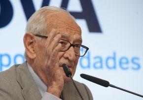 Aristóbulo de Juan, Ex Director General del Banco de España, durante su intervención en el curso de economía organizado por APIE en la Universidad Internacional Menéndez Pelayo de Santander.