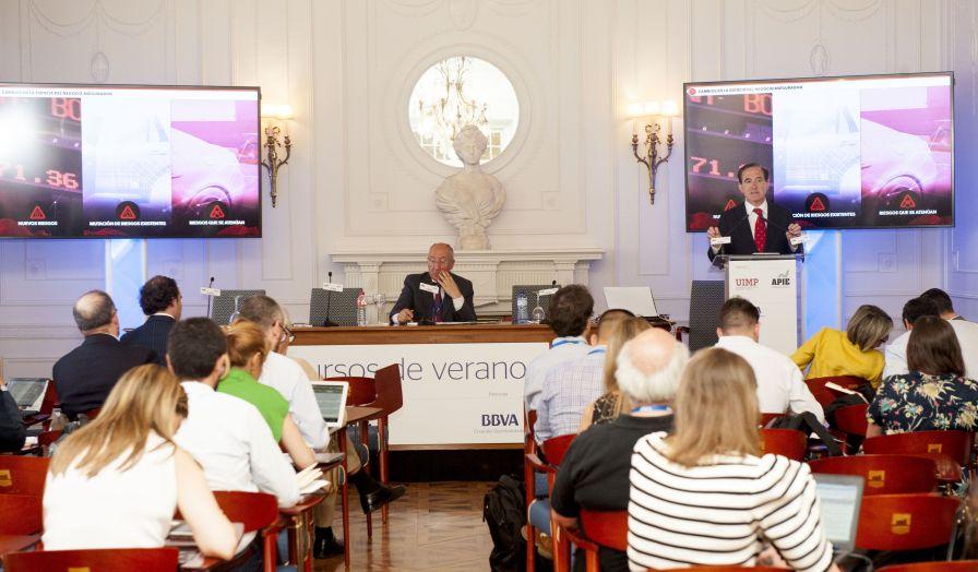 Un momento de la intervención de Antonio Huertas, presidente de Mapfre, en el curso de economía organizado por APIE en la Universidad Internacional Menéndez Pelayo de Santander.