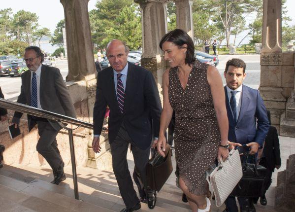 Luis de Guindos, Ministro de Economía, Industria y Competitividad, a su llegada al curso de economía organizado por APIE en la Universidad Internacional Menéndez Pelayo, acompañado por Gema Igual, alcaldesa de Santander.