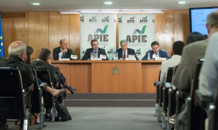 De izquierda a derecha, Francisco Uría, Jorge Yzaguirre, presidente de IAEF-FEF, Íñigo de Barrón, presidente de APIE, y Santiago Carbó, durante la jornada informativa sobre el Mecanismo Único de Resolución.
