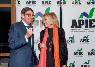 José Ignacio Goirigolzarri, presidente de Bankia, y Dolores Dancausa, consejera delegada de Bankinter, durante la ceremonia de entrega de los premios Tintero y Secante 2017 otorgados por la Asociación de Periodistas de Información Económica (APIE).