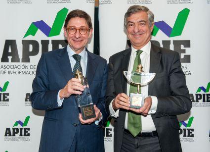 José Ignacio Goirigolzarri, presidente de Bankia, premio Tintero 2017; Luis Gómez Rodríguez, Director de Marca y Reputación de Iberdrola, recogió el Secante 2017 en representación de Ignacio Sánchez Galán.