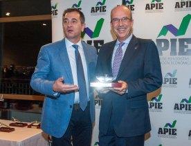 Pedro Carreño, de la Junta Directiva de APIE, entrega el primer accesit de la categoría Tintero a Jose Eugenio Salarich, Director de Relaciones Institucionales de Acciona, que recogió el premio en nombre del presidente Jose Manuel Entrecanales.