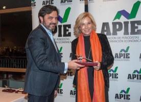 Andrés Dulanto Scott, de la Junta Directiva de APIE, entrega su accesit al premio Tintero a Dolores Dancausa, Consejera Delegada de Bankinter.