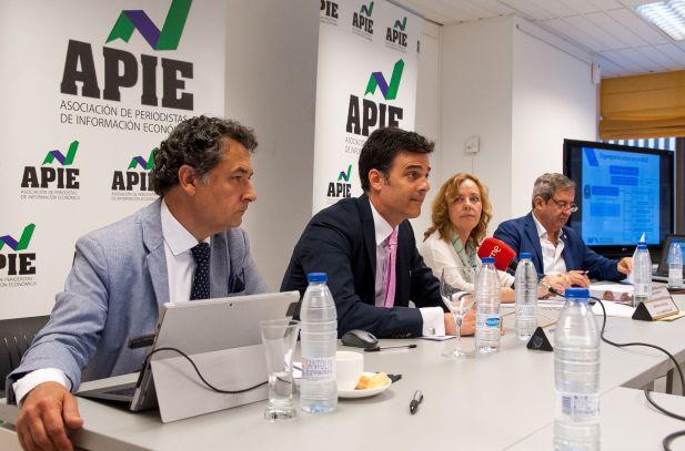De izquierda a derecha, Julio Lesmes, vocal y portavoz de IAF, Fernando Iglesias, presidente de IAF, Amparo Estrada, de la Junta Directiva de APIE y Javier Zaragoza, Fiscal del Tribunal Supremo, durante la jornada sobre investigación aduanera y fiscal organizada por la APIE.