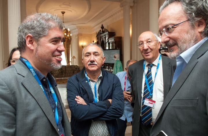De izquierda a derecha, Unai Sordo (CC OO) y Pepe Álvarez (UGT) charlan con Amancio Fernández y Miguel Ángel Noceda, directores del Curso de Economía de APIE en la UIMP antes de comenzar su intervención.