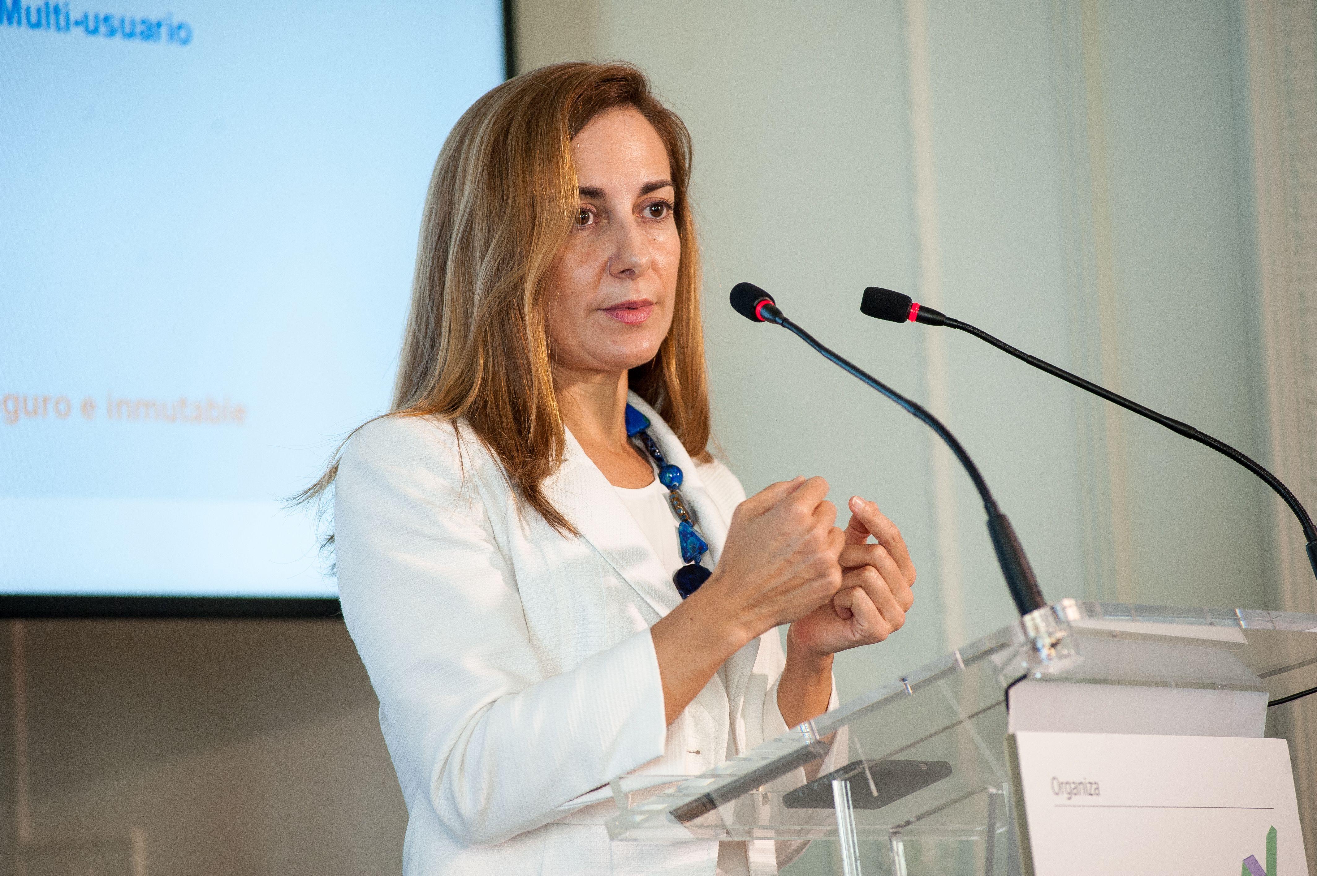 Alicia Pertusa, Responsable de Estrategia y Blockchain en Customer Solutions de BBVA, durante su intervención en el Curso de Economía organizado por la APIE en la Universidad de Santander.