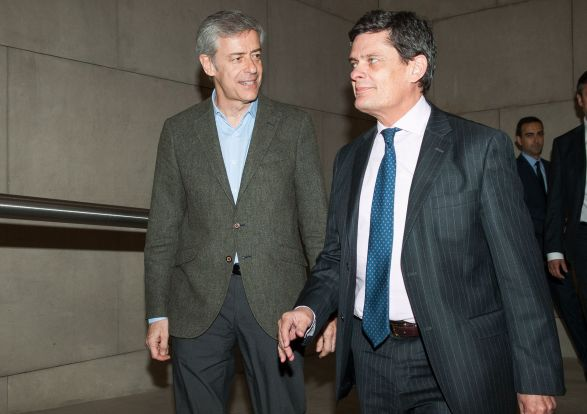 Jaime Echegoyen, presidente de Sareb, es recibido por Íñigo de Barrón, presidente de APIE, a su llegada al almuerzo de prensa con el que concluyó la XXXI edición del Curso de Economía organizado por APIE.