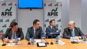 De izquierda a derecha, Ismael Clemente (Merlin Properties), Adolfo Ramírez-Escudero (CBRE), Juan Velayos (Neimor Homes) y Carlos Abad (Haya Real Estate), durante la mesa redonda dedicada al sector inmobiliario en el XXXI Curso de Economía organizado por APIE.