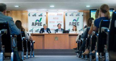 De izquierda a derecha, Íñigo de Barrón, presidente de APIE, Javier Torres Riesco y Paula Conthe, Director de Resolución y Estrategia y Jefa del Departamento de Policy del FROB, durante la jornada formativa sobre resolución bancaria organizada conjuntamente con APIE.