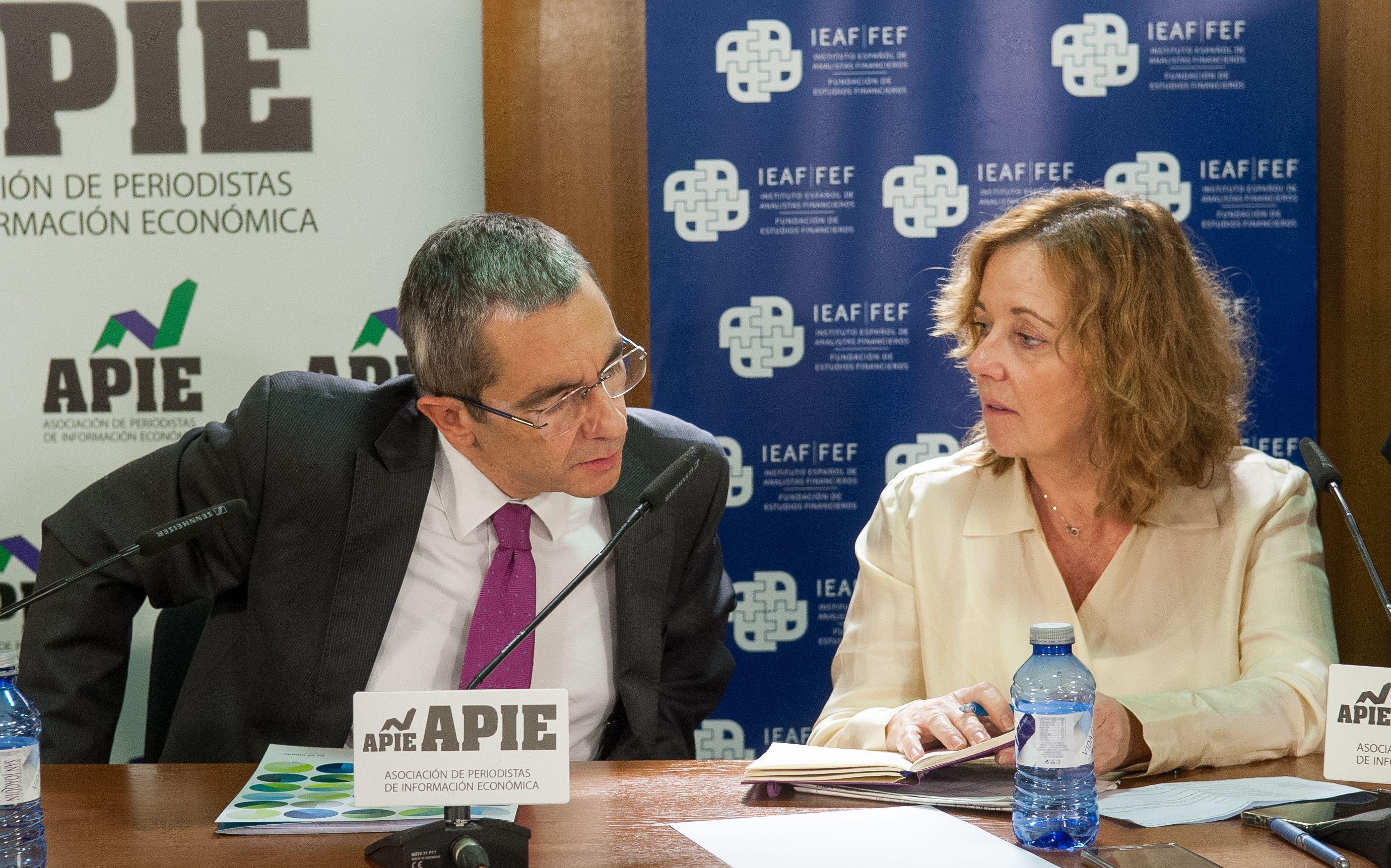 Jorge Yzaguirre, presidente de IEAF-FEF, y Amparo Estrada, vicepresidenta de APIE, en las II Jornadas sobre Resolución Bancaria organizadas por IEAF-FEF y APIE.