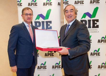 Pedro Carreño, de la Junta Directiva de APIE, entrega la placa de Socio de Honor a Juan Rosell, ex Presidente de la CEOE.