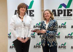 Rosa Sánchez, de la Junta Directiva de APIE, entrega el accésit del premio Secante a Nadia Calviño, Ministra de Economía y Empresa.