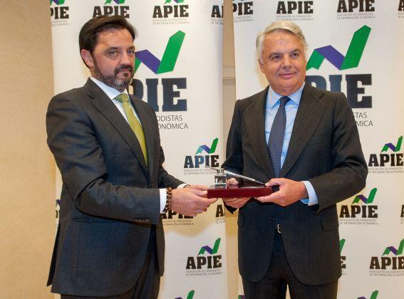 Andrés Dulanto Scott, de la Junta Directiva de APIE, entrega el accesit del premio Tintero a Ignacio Garralda, Presidente de Mutua Madrileña.