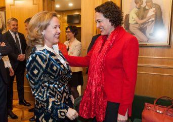 Nadia Calviño y Magdalena Valerio, antes de la entrega de los premios Tintero y Secante 2018 que concede la Asociación de Periodistas de Información Económica.