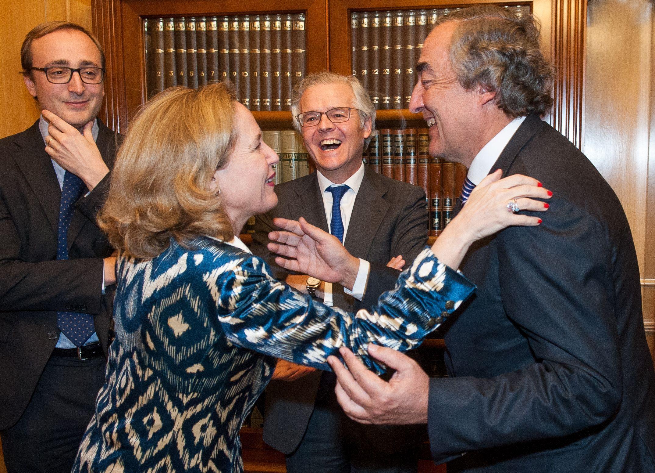 Nadia Calviño saluda a Juan Rosell en presencia de Sebastián Albella, antes de la entrega de los premios Tintero y Secante 2018 que concede la Asociación de Periodistas de Información Económica.