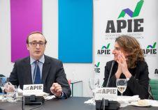 Teresa Ribera, Ministra para la Transición Ecológica, y Jorge Zuloaga, de la Junta Directiva de APIE, durante el almuerzo de prensa que cerró la I Jornada del XXXII Curso de Economía para Periodistas.