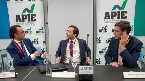 De izquierda a derecha, Antonio Madera del Pozo, de Axesor Rating; Javier Rouillet, de DBRS, y Roberto Scholtes, de UBS, los ponentes de la tercera jornada del XXXII Curso de Economía organizado por APIE.