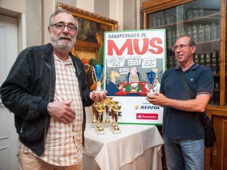 Juan Francisco Morales y Jorge Gutiérrez, ganadores del premio didáctico de la XXV edición del Torneo de Mus de la APIE.