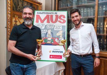 Andrés González y Carlos Ruano, ganadores del tercer premio de la XXV edición del Torneo de Mus de la APIE.