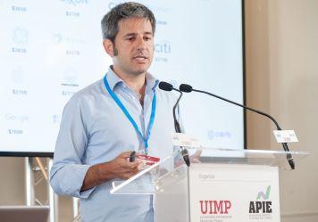 Vicente Pascual, cofundador de Cabify, durante su intervención en el Curso de Economía organizado por la APIE en la sede de la UIMP en Santander.
