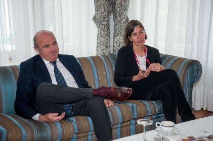 Luis de Guindos, vicepresidente de Banco Central Europeo, junto a Maria Luz Morán, rectora de la UIMP, antes de su intervención en el Curso de Economía organizado por la APIE.