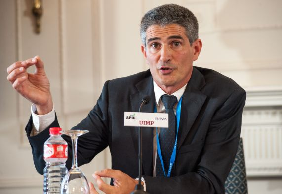 Mikel García-Prieto, director general de Triodos Bank en España, durante su intervención en el Curso de Economía organizado por la APIE en la UIMP.