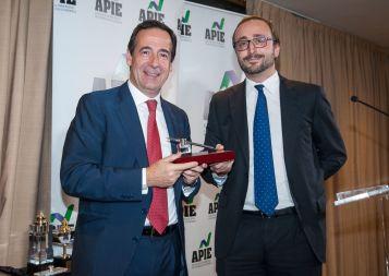 Jorge Zuloaga, de la Junta Directiva de APIE, entrega el accésit al premio Tintero a Gonzalo Gortázar, Consejero Delegado de Caixabank..